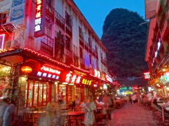 Dusk and cooler temperatures bring out droves of tourists and local alike to dine outside, shop, and soak up the mountain-river town atmosphere.